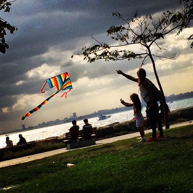 A mother and daughter fly a kite on the Asian side of Istanbul, in lovely late afternoon light. Photo by @taratwphoto Tara Todras-Whitehill #latergram #kite #flyakite #Istanbul #Turkey #Asia #latergram #mother #daughter